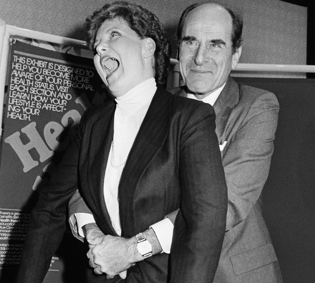哈姆立克急救法創建者在 1985 年教學時的照片。(網路截圖)